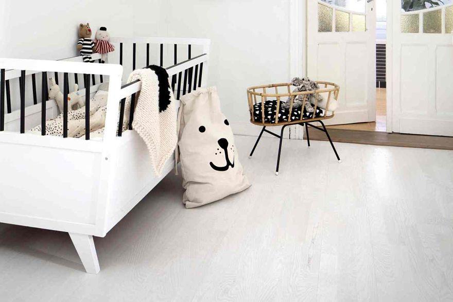 dřevěná podlaha v pokoji